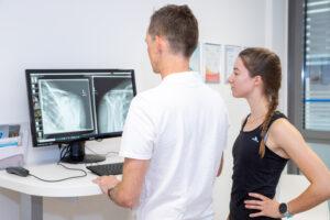 Begutachtung einer Röntgenaufnahme des Schultergelenks