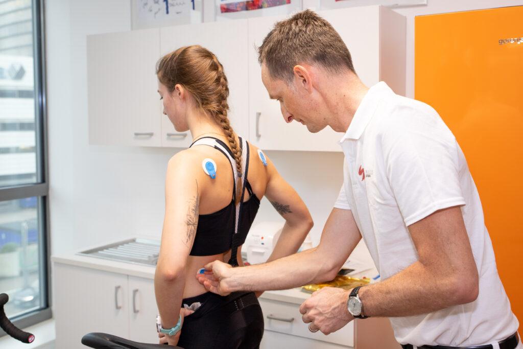 Anbringung der Elektrodenaufkleber zur Durchführung von sportmedizinischen Untersuchungen