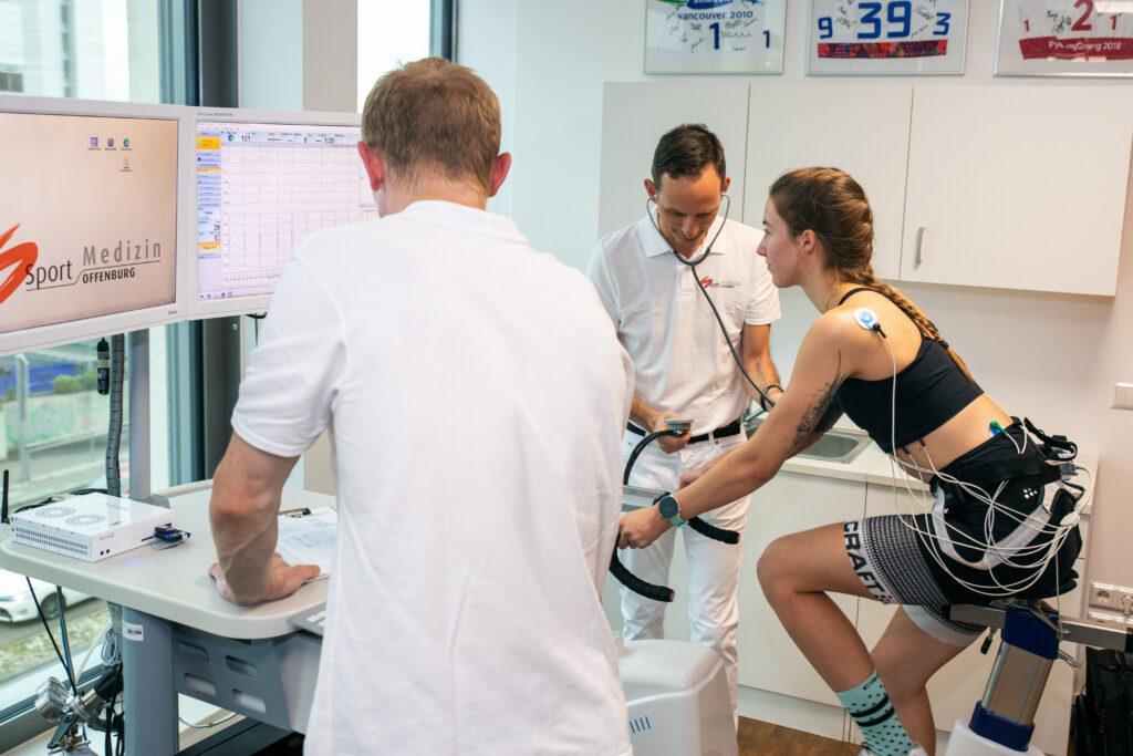 Belastungstest auf dem Fahrrad zur sportmedizinischen Untersuchung