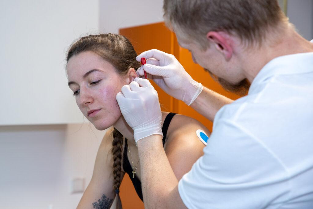 Blutentnahme am Ohr zur Laktatbestimmung unter Belastung